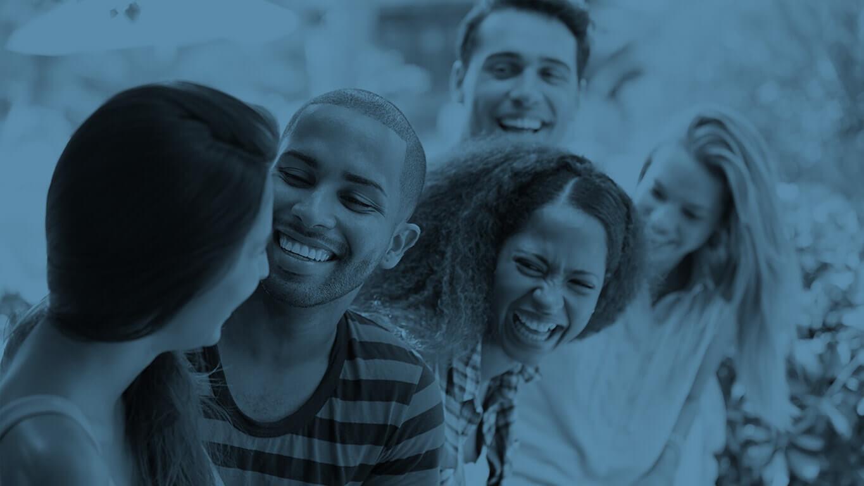 Adolescent ayant porté Invisalign aux dents parfaite discutant et souriant