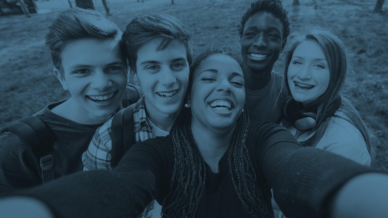 Adolescent souriant faisant égoportrait
